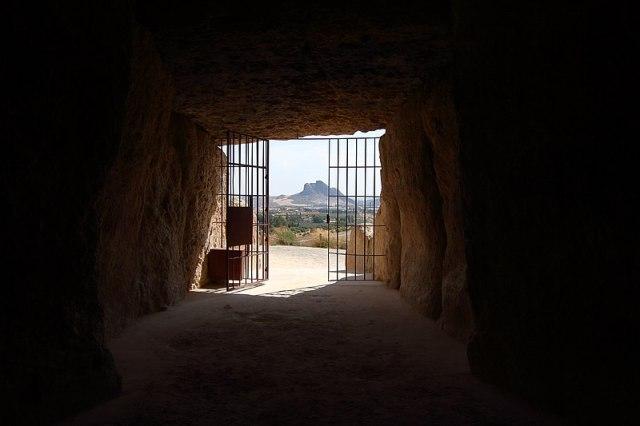 800px-Dolmen_de_Menga,_Peña_de_los_enamorados_desde_el_interior_del_dolmen